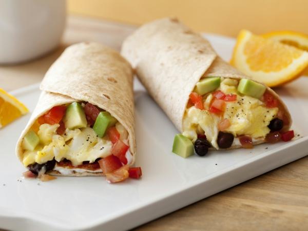 Ricette antipasti sfiziosi, burrito con verdure, panino con avocado e pomodori