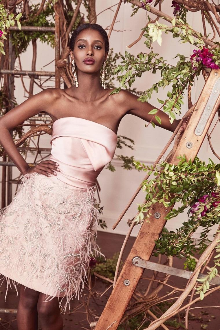 Vestiti da cerimonia corti, abito da sposa rosa, vestito con gonna in piuma, scala di legno