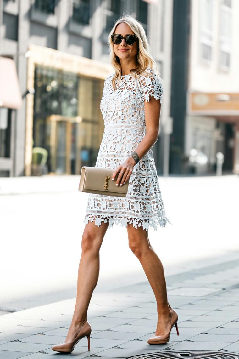 Vestito matrimonio civile, abito bianco e corto, borsetta e tacchi abbinati, donna che cammina