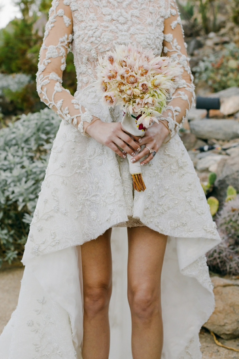Bouquet fiori sposa, abiti da sposa principeschi, abito ritagliato davanti, manica in pizzo trasparente