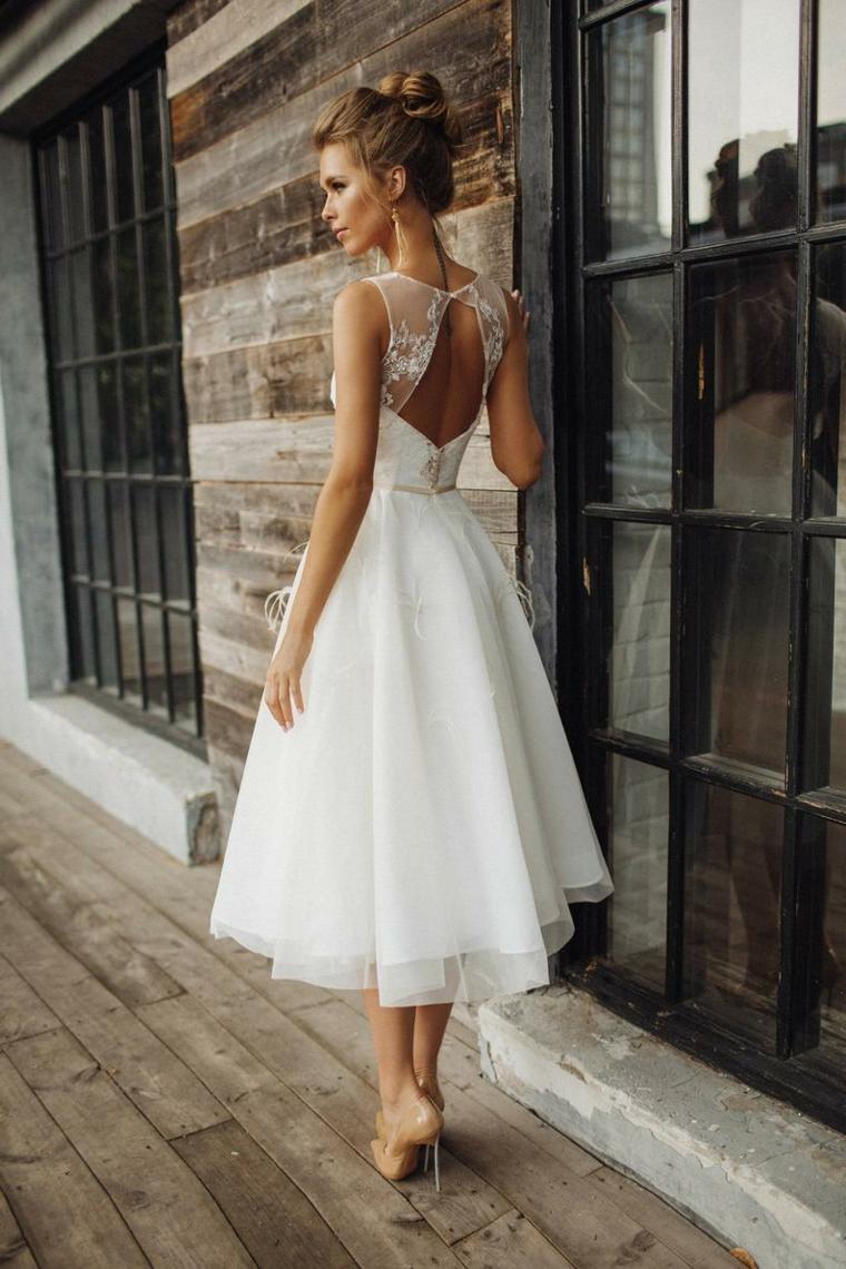 Abiti da sposa semplici, vestito con schiena scoperta, abito con gonna in tulle, acconciatura capelli raccolti