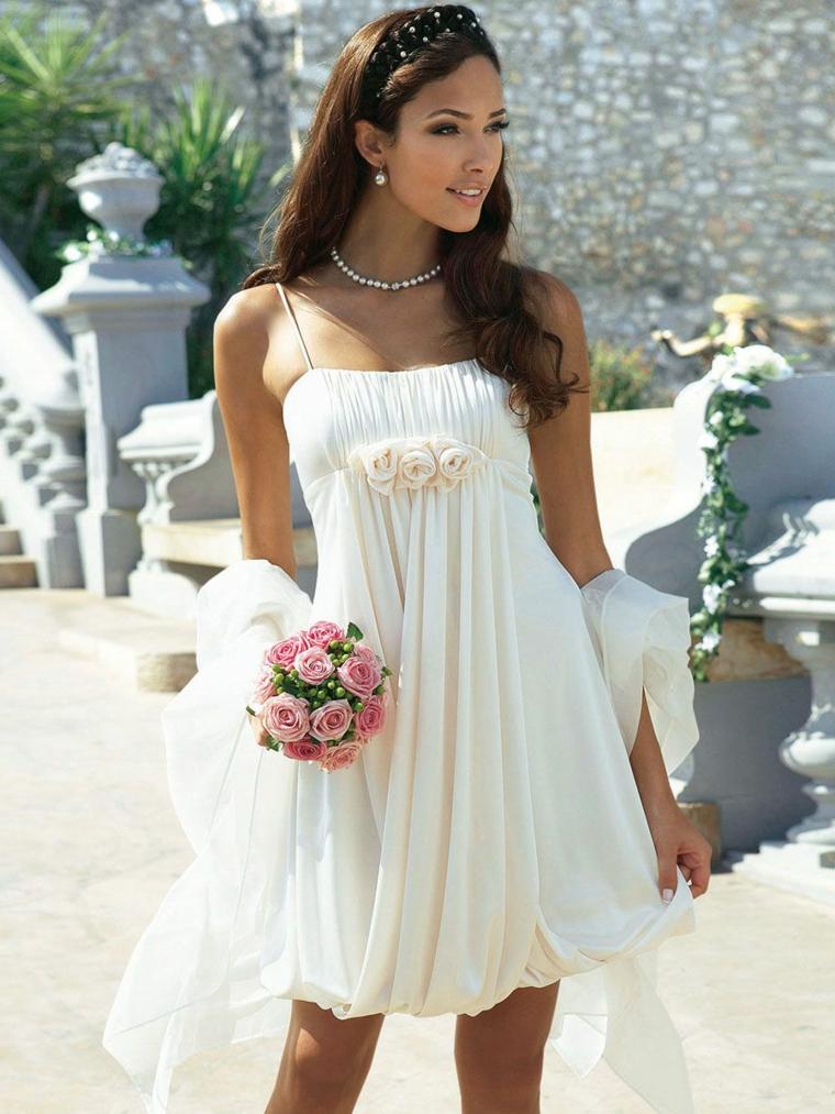 Bouquet di fiori sposa, abito corto con fiori, abiti da sposa semplici, capelli sciolti piega mossa
