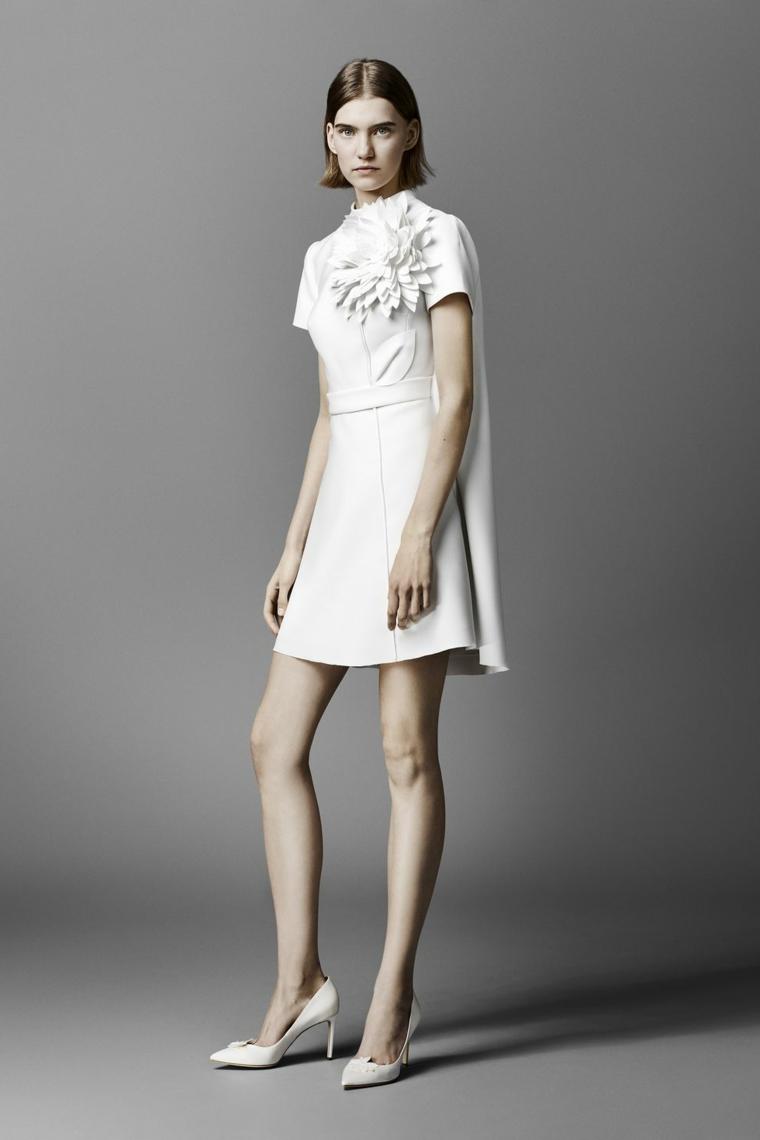 Vestito matrimonio civile, abito corto di colore bianco, applicazione fiore, scarpe mezzo tacco
