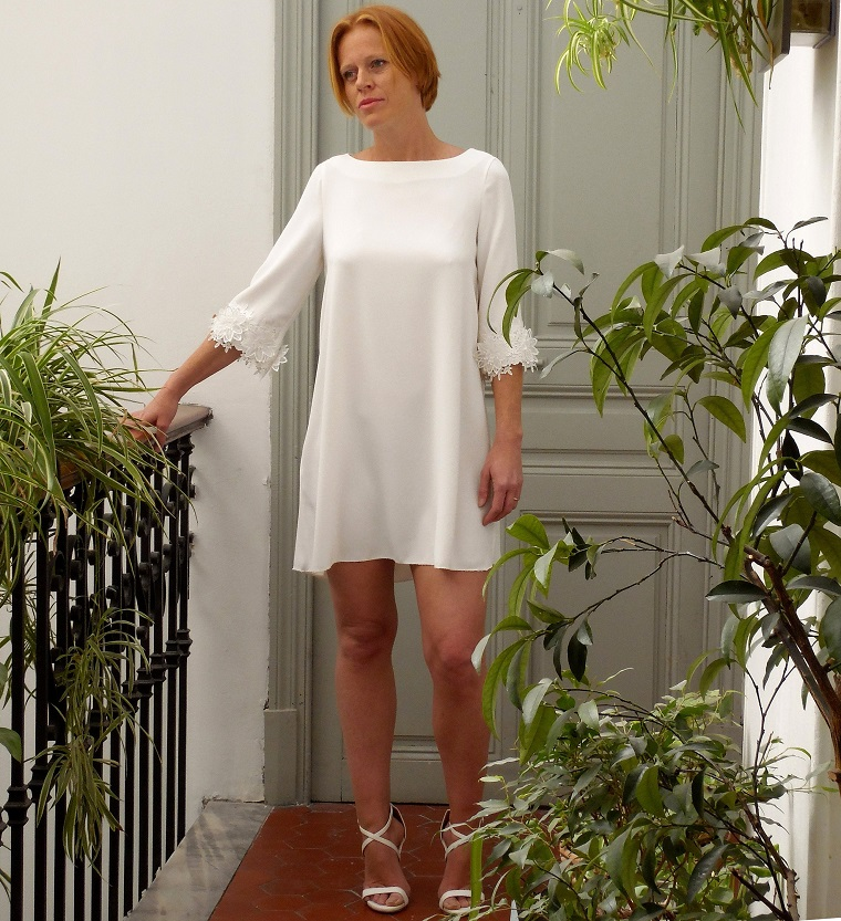 Vestiti da sposa corti, abito bianco con manica lunga, decorazioni sulla manica
