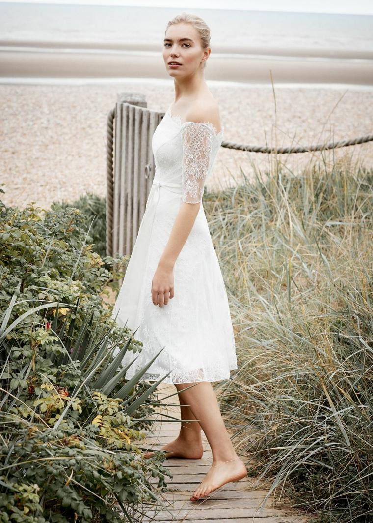 Matrimonio in spiaggia, abito con manica in pizzo, vestiti da sposa semplici