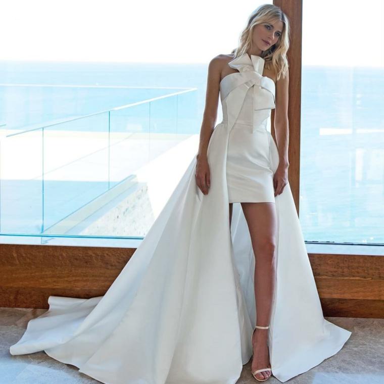 Vestito matrimonio civile, abito corto con strascico, bustino con fiocco, donna poggiata alla finestra