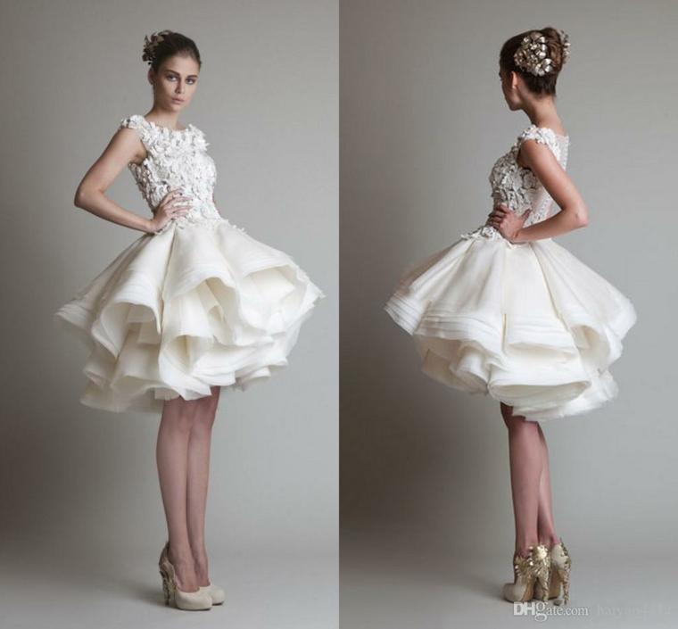 Vestiti da sposa semplici, gonna a strati, bustino con pizzo e ricami