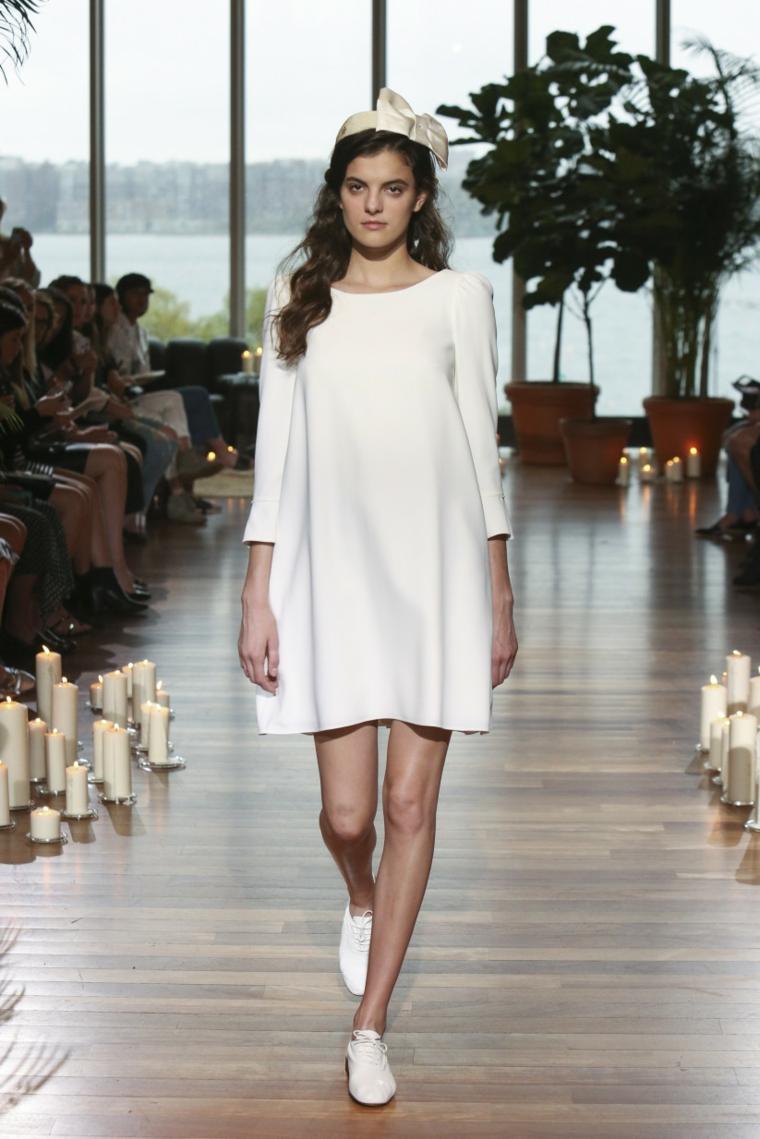 Vestiti da sposa semplici, abito sposa corto, sposa con scarpe basse, modella in passerella
