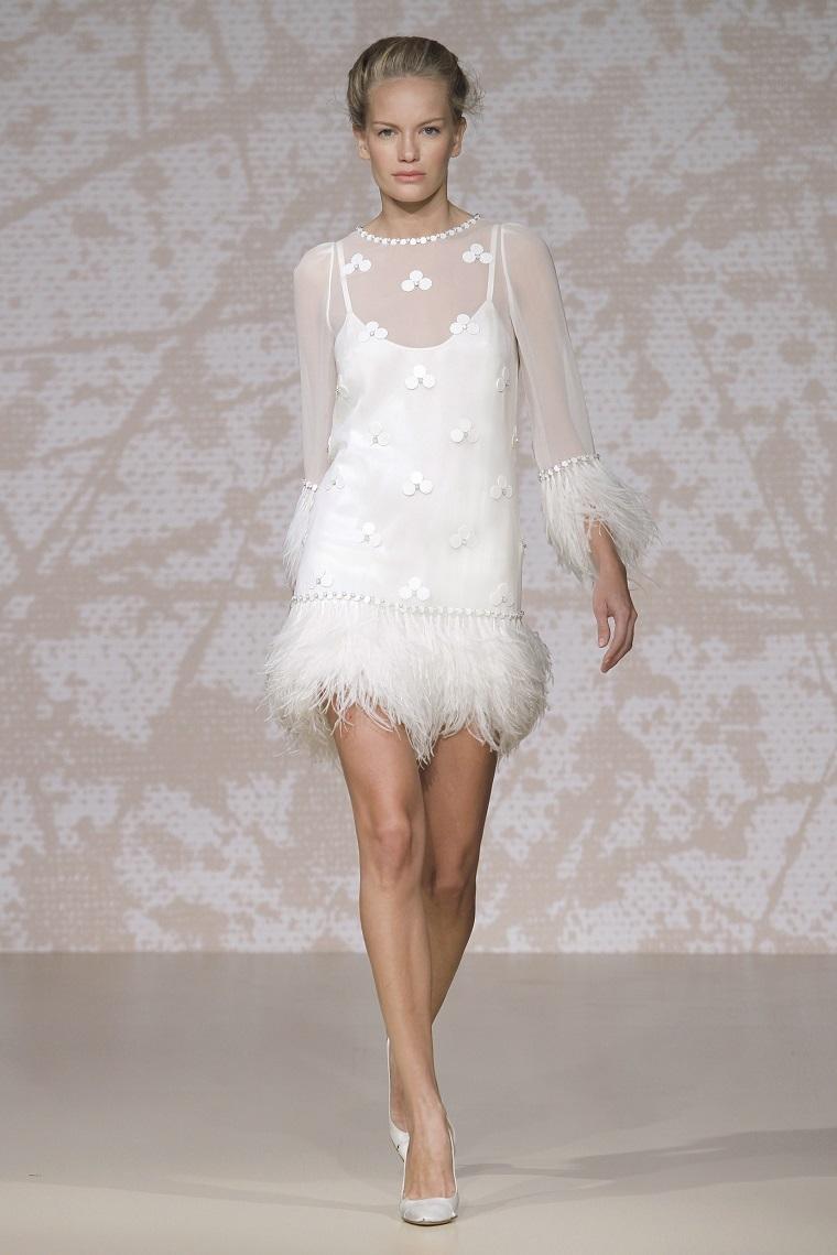 Vestiti cerimonia corti, abito bianco pizzo trasparente, gonna con piume, modella in passerella