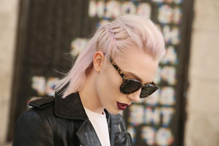 Capelli taglio long bob, acconciatura con treccia laterale, donna con occhiali da sole