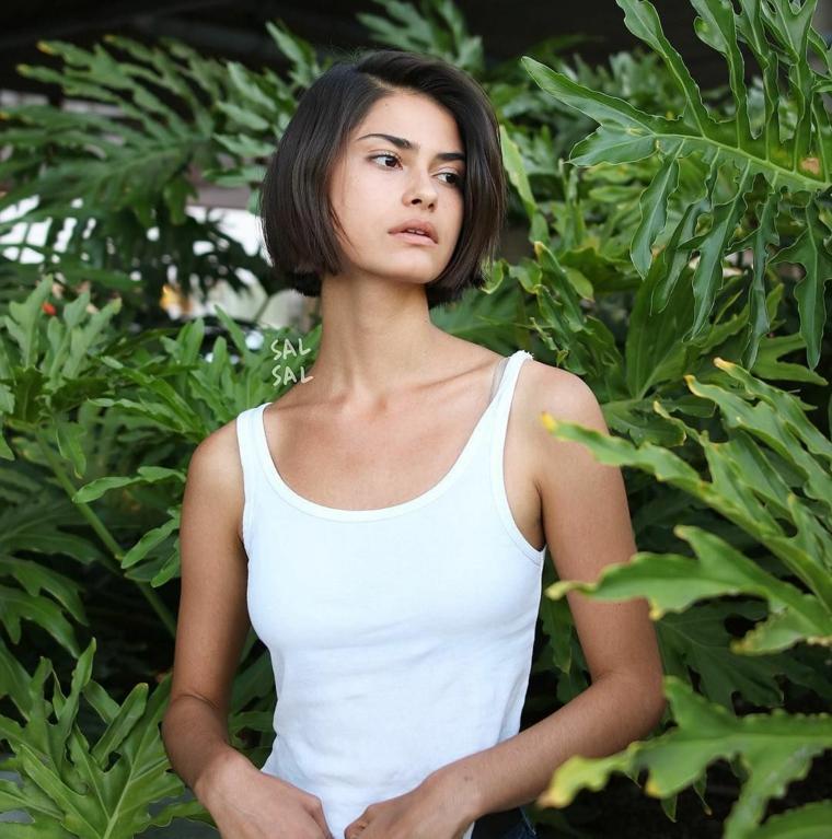 Caschetto corto, donna con capelli castani, acconciatura con riga laterale, donna con top bianco