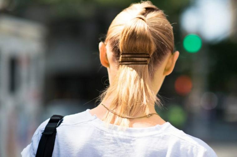 Caschetto corto, capelli donna colore biondo, acconciatura con coda, elastico e forcine