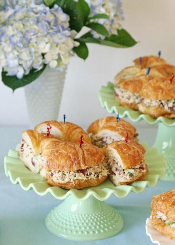 Brioche salate, panino con formaggio, piatti freddi estivi, vaso di fiori