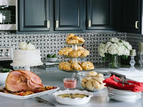 Brunch ricette, torta fredda, piatti e forchette, tavolo da cucina, torta con glassa bianca