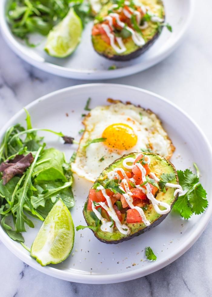 Piatti freddi estivi, avocado ripieno, brunch con uova e insalata, uovo in camicia