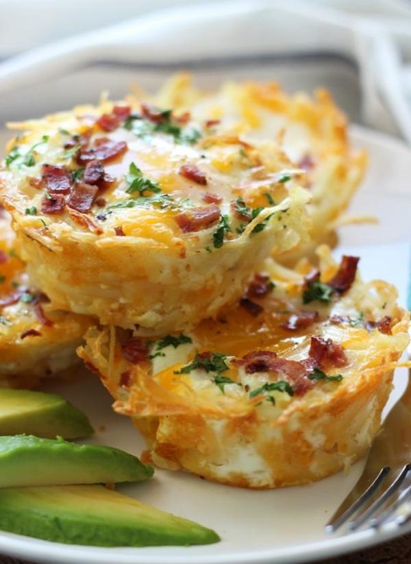 Antipasti semplici e veloci, muffin con becon, muffin all'uovo, fette di avocado