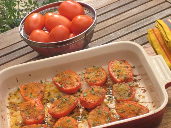 Fette di pomodoro, teglia con pomodoro al forno, brunch vegetariano