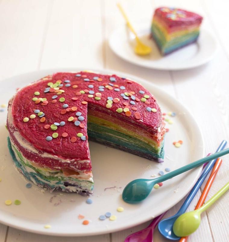 Torta con crepes, decorazione con colori arcobaleno, torte di compleanno particolari