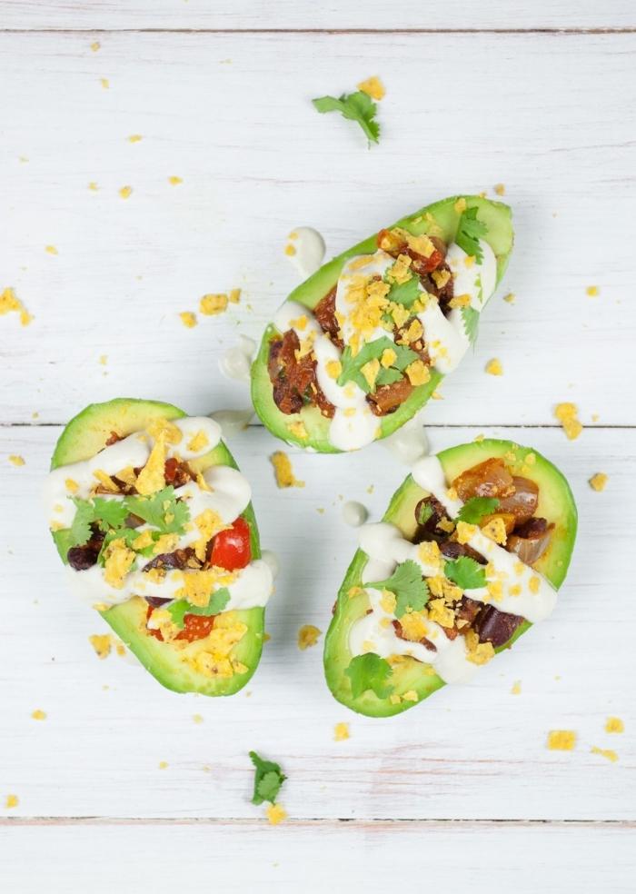 Avocado ripieno con verdure, brunch ricette, avocado ripieno con tuorlo d'uovo, salsa colore bianco