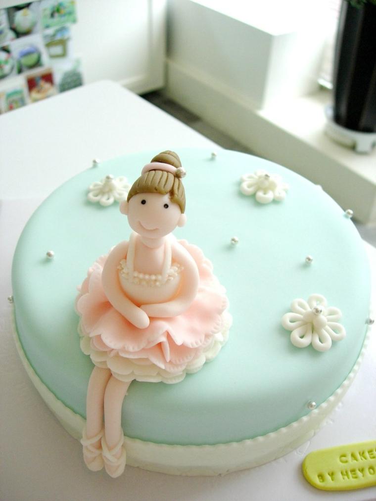 Decorazione torta con pasta di zucchero, torta con ballerina, fiorellini bianchi con perline