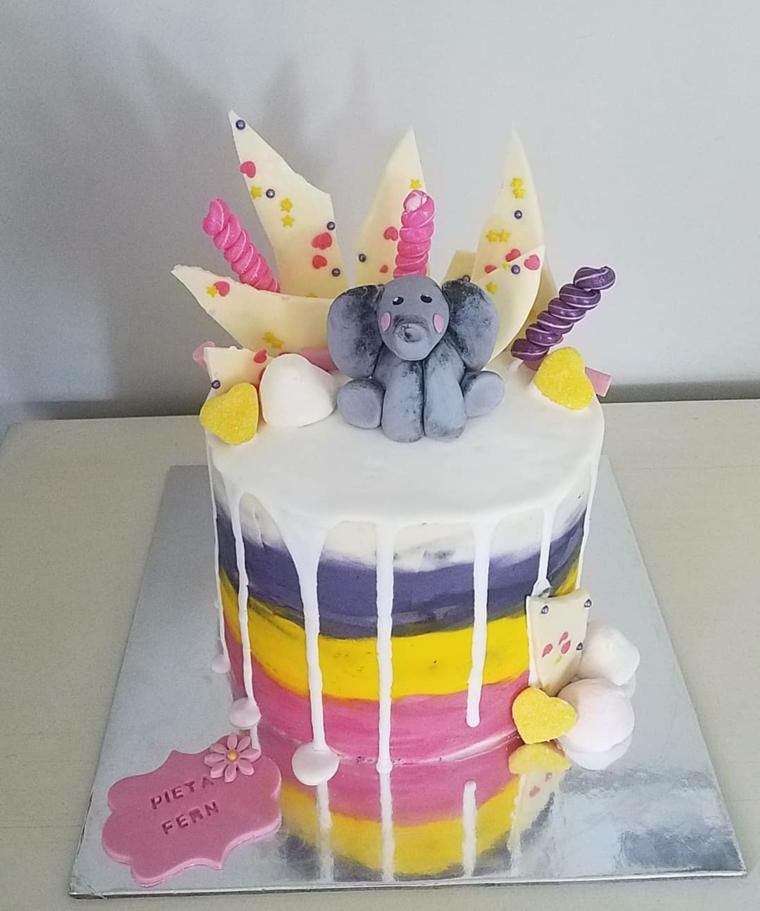Torta con scaglie di cioccolato, decorazione elefante, torta alta con glassa colorata