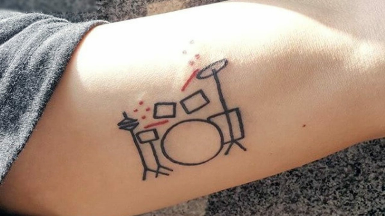 Tatuaggi significati profondi, disegno geometrico, uomo con tattoo colorato