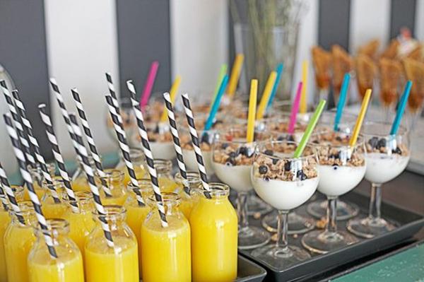 Bottiglie di vetro con succo, dolce al cucchiaio, dolce alla crema con cereali e frutta