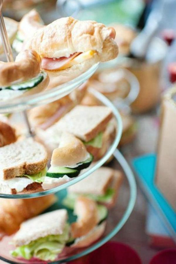 Buffet per il brunch, panini con cetrioli, panini con prosciutto e formaggio