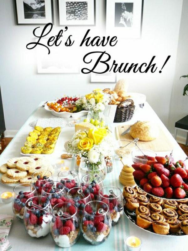 Tavolo apparecchiato, cibo per il brunch, tortine salta e biscotti, bicchieri con dolci al cucchiaio