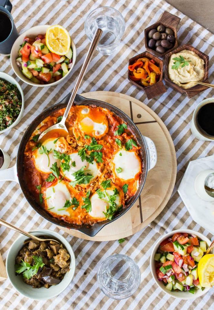 Antipasti sfiziosi freddi veloci, uova alla contadina, tavolo con il brunch, brunch vegetariano