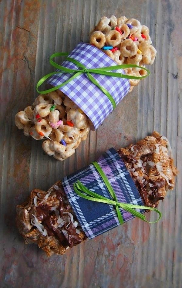 Taralli con glassa di zucchero, involtino con frutta secca, confezione regalo con fiocco