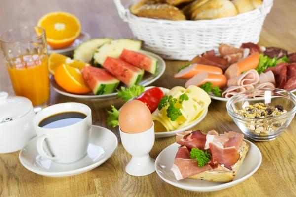 Tazza di caffè, panino con prosciutto crudo, uovo alla coque, cibo per il brunch