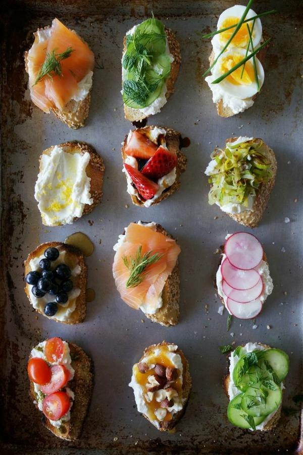 Bruschette con salmone, panini con crema al formaggio spalmabile, cibo per il brunch