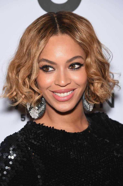 La cantante Beyoncé, caschetto corto, capelli di colore castano bronde, acconciatura con riga centrale