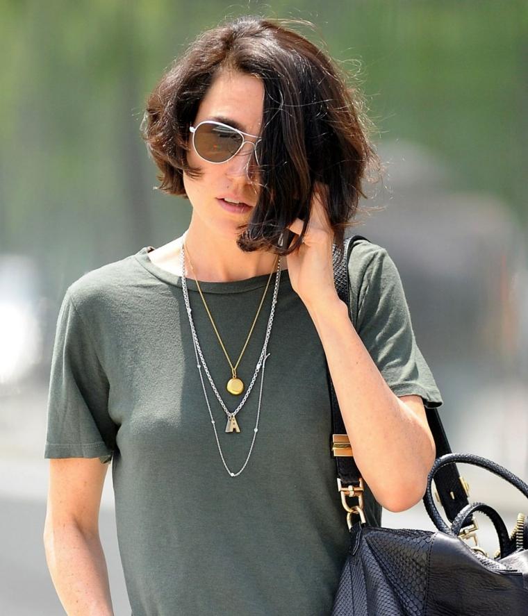 Donna con taglio asimmetrico, capelli di colore castano, donna con occhiali da sole