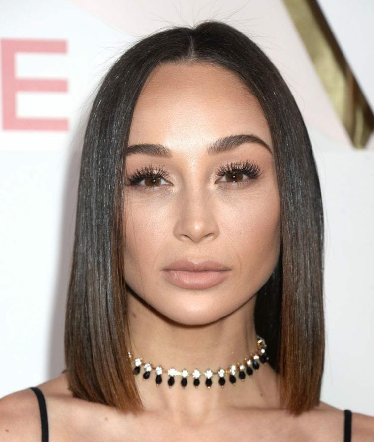 Donna con capelli castani, acconciatura capelli lisci, collana sul collo