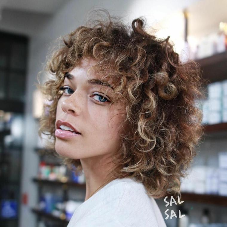 Piega capelli corti, acconciatura capelli ricci, pettinatura con frangia riccia, colore castano ombrè