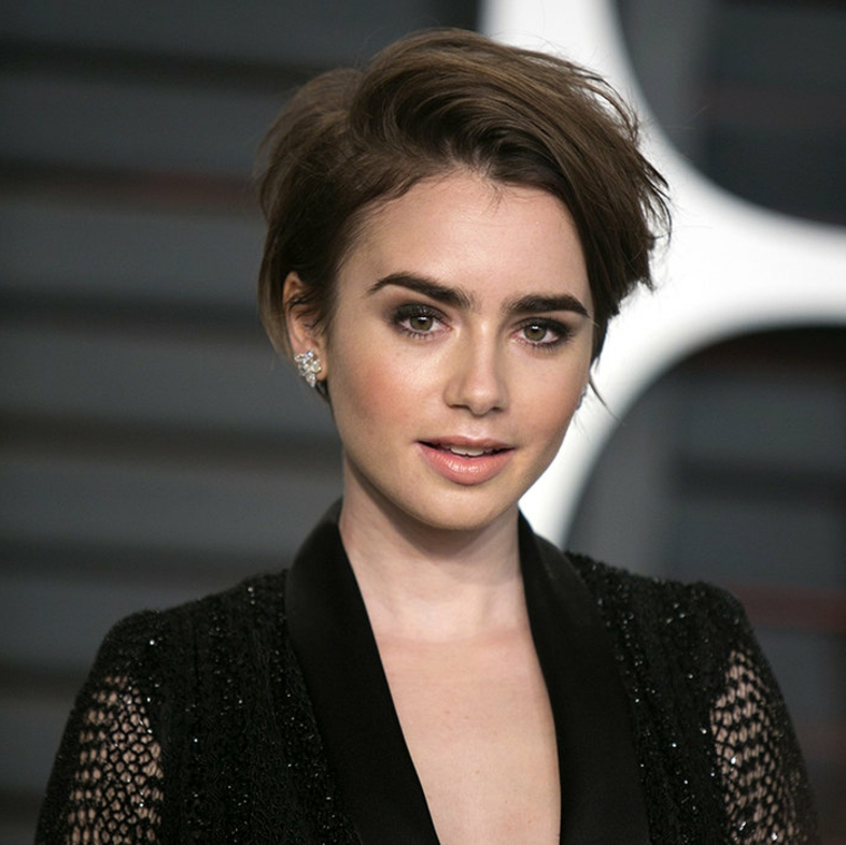 Caschetto corto, taglio capelli castani, pettinatura con riga laterale, abito rete colore nero