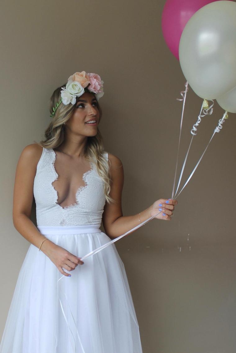 Cerchietto con fiori, abito bianco in pizzo, vestito con gonna in tulle, sposa con palloncini
