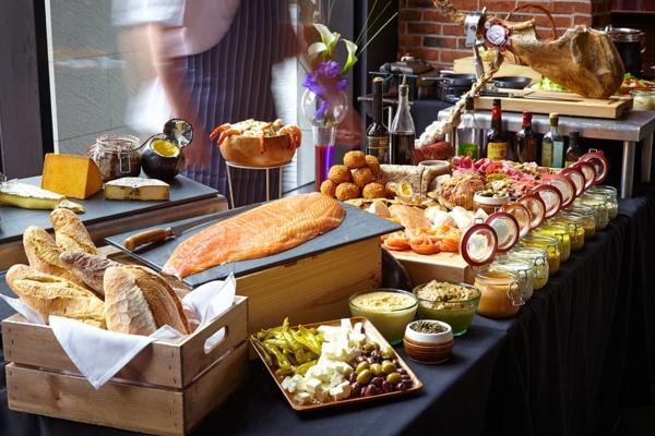 Filetto di salmone, cesta con pane, buffet con cibo, stuzzichini da brunch