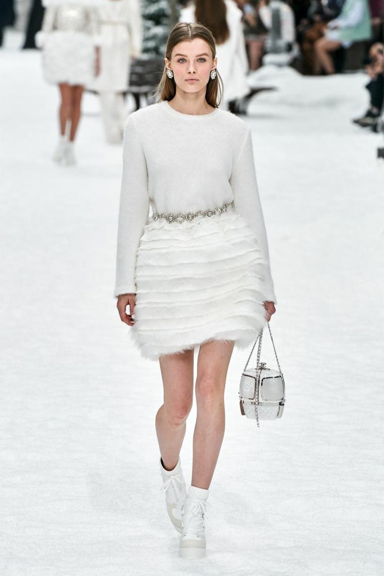 Abiti da sposa principeschi, abito con gonna in tulle, capelli castani sciolti, donna in passerella Chanel