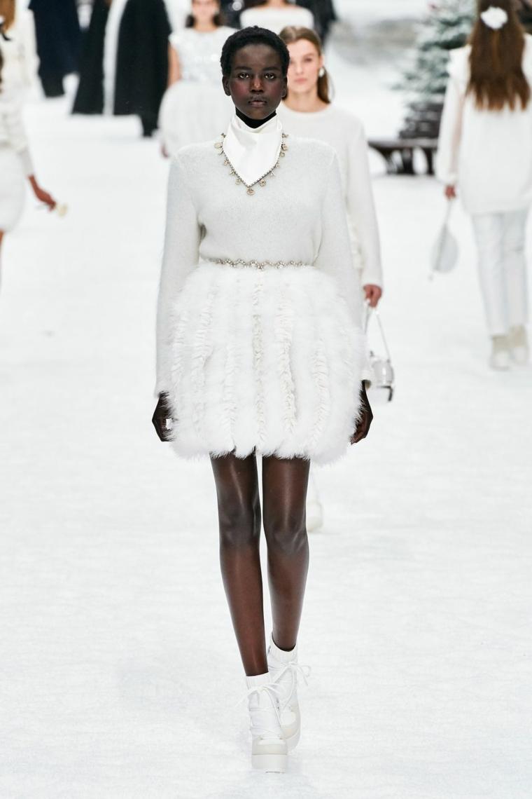 Vestiti da sposa semplici, gonna con tulle, abito da sposa bianco, donna in passerella Chanel
