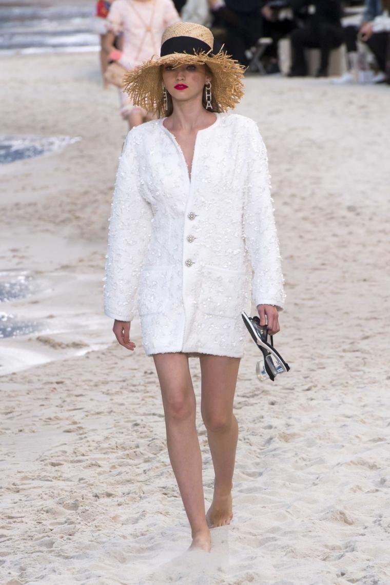 Vestiti da sposa corti, modella in passerella, sposa in spiaggia, abito con giacca