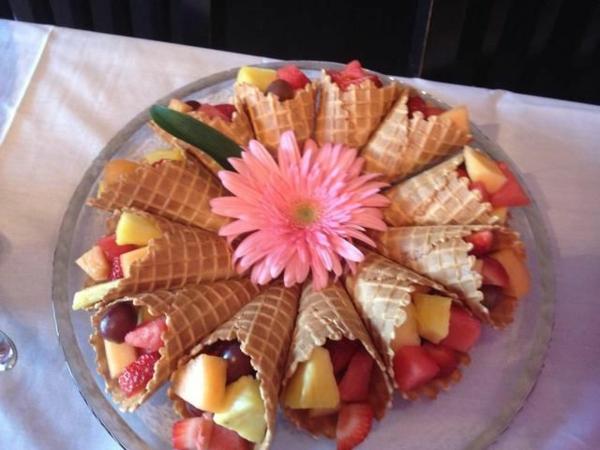 Cialde di gelato con frutta, fiore con petali rosa, brunch ricette