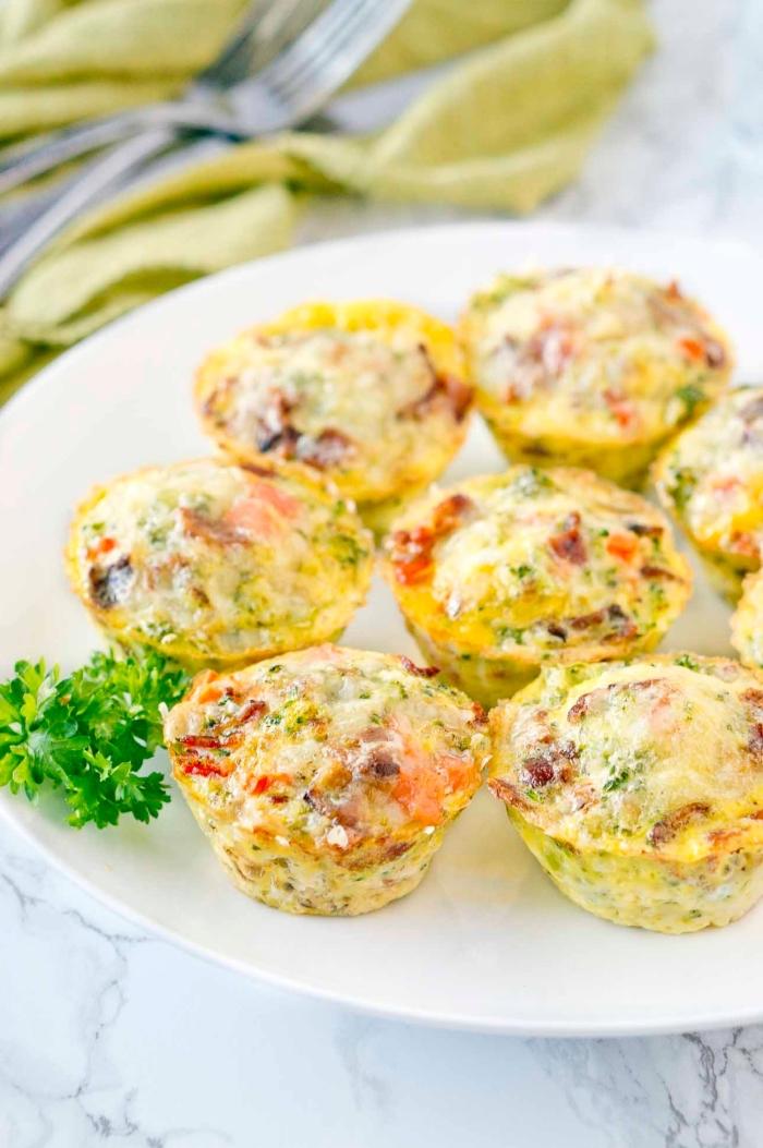 Antipasti semplici e veloci, muffin con verdure, muffin alle uova, foglie di prezzemolo verde