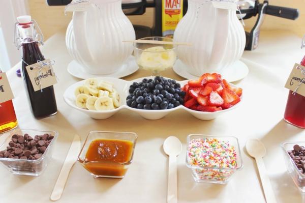 Colazione con frutta, ciotole con frutti di bosco, buffet colazione e brunch