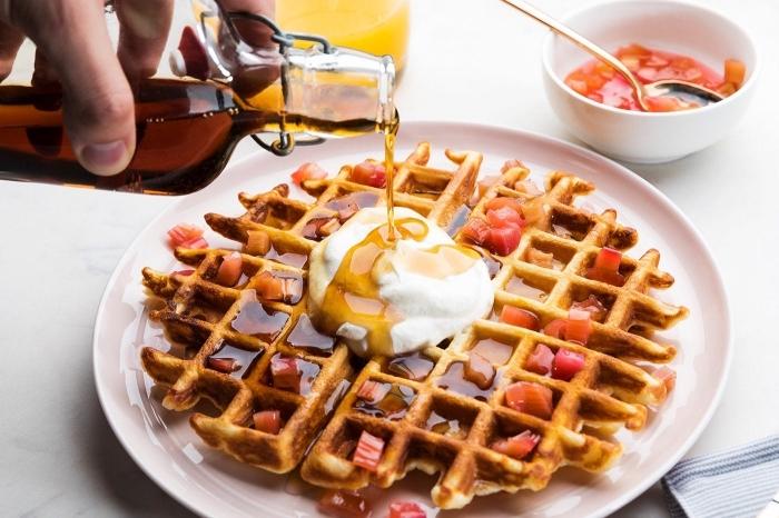 Idee brunch, colazione con frittella, bottiglia con sciroppo d'acero, ciotola con marmellata