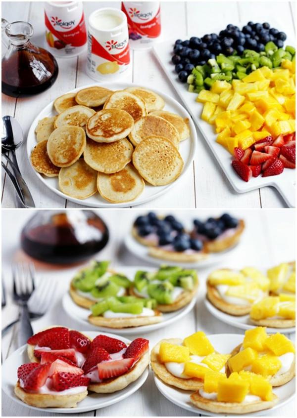 Colazione con mini pancakes, tagliere con frutta a pezzettini, panini con frutta