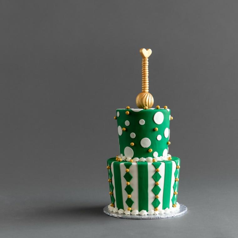 Torta a due piani, torta ricoperta con pasta di zucchero verde, topper colore oro