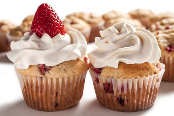Cibi da brunch, cupcake con panna montata, cupcake con fragole